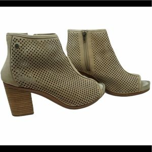 Hush Puppies size 10 neutral tan booties